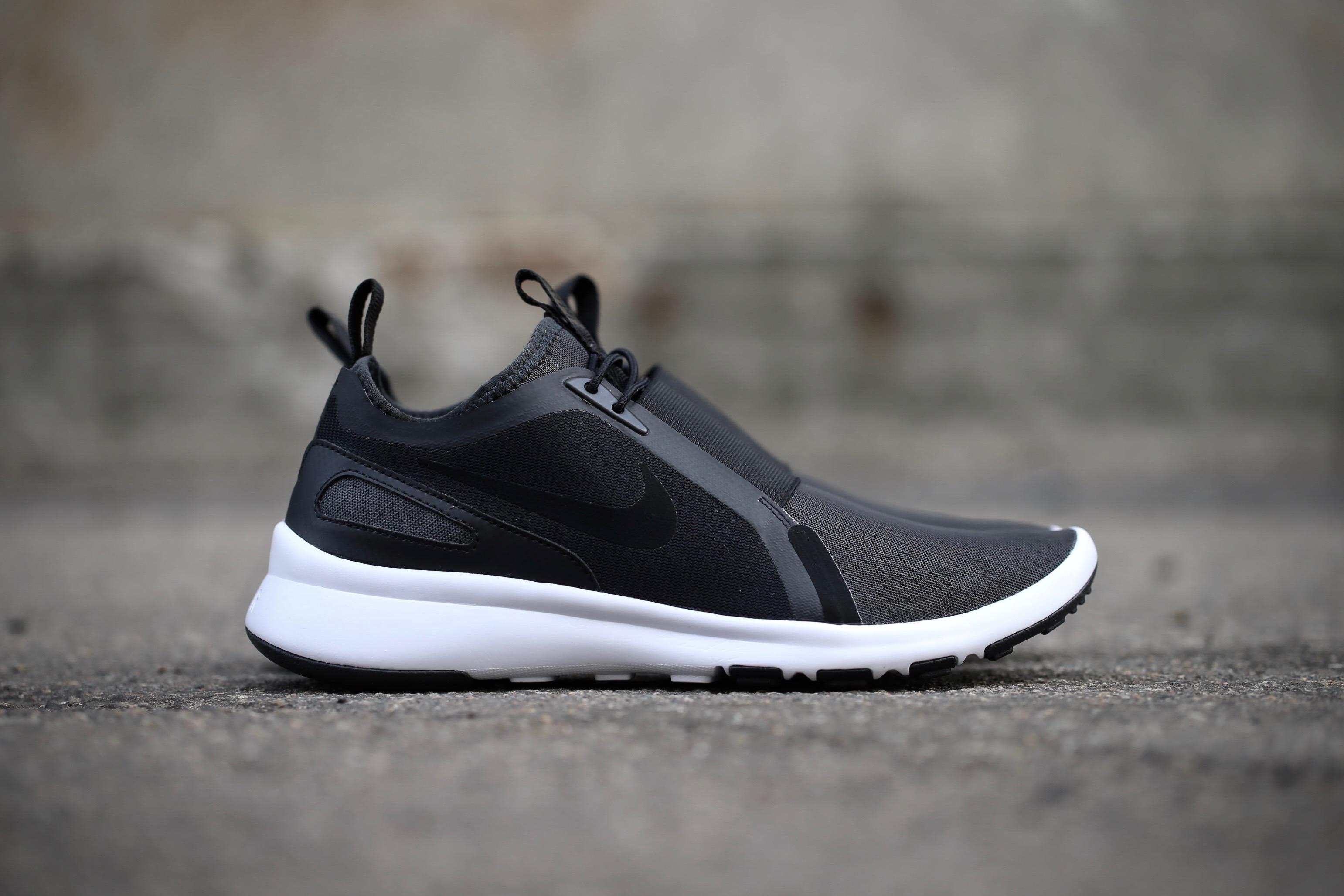Nike Current Slip On – Black / Black