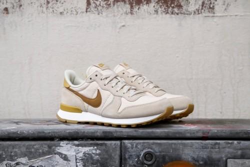 buy online a3ac9 0ae9a Nike W Internationalist - Beach  Summit White  Gum Light Brown  Wheat  Gold